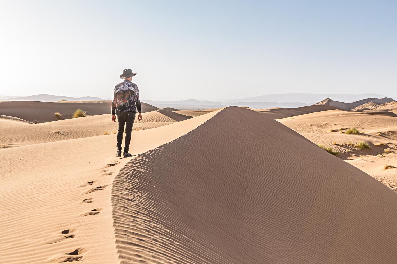 Marcher sur les dunes au Maroc