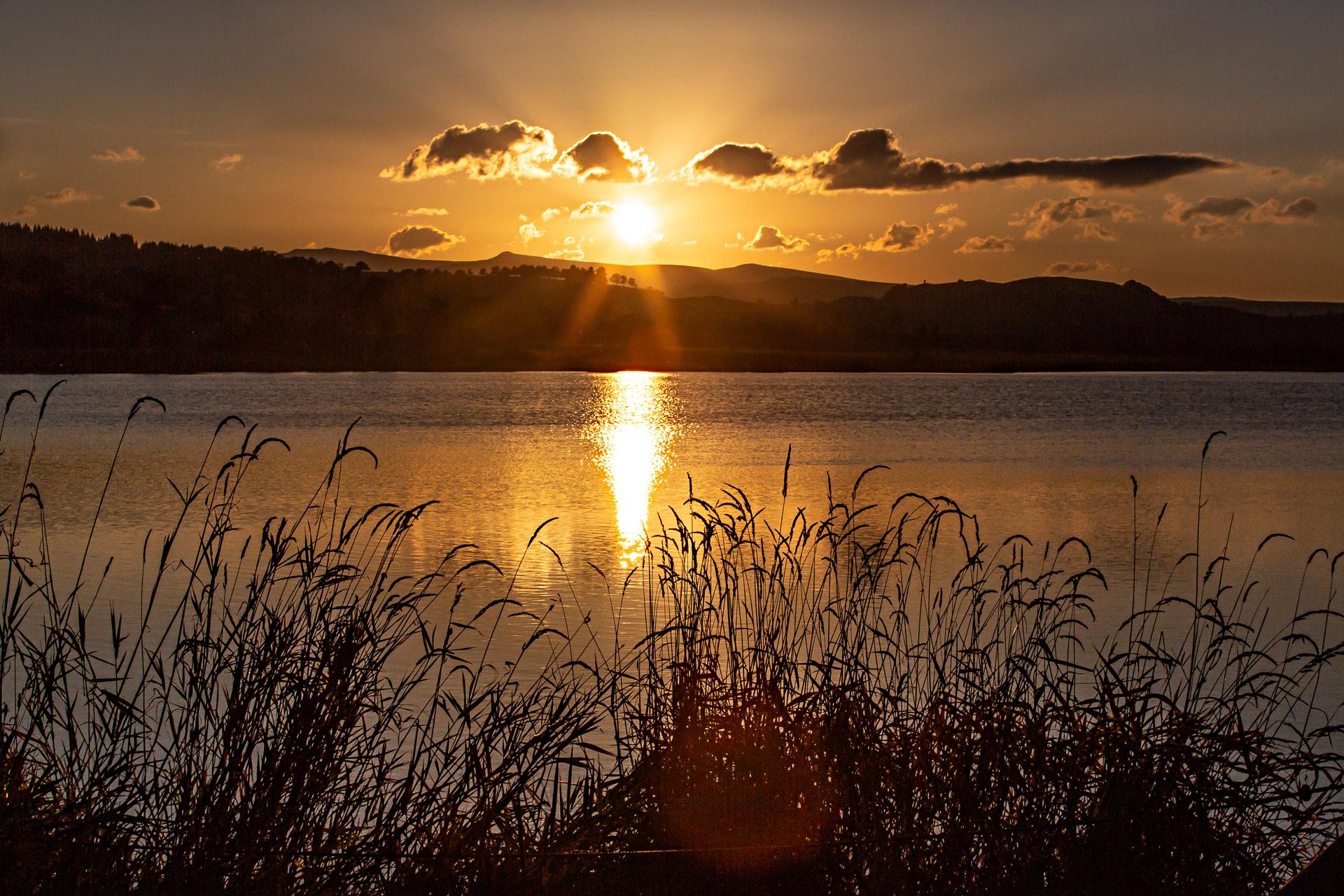 Coucher soleil lac Pêcher en Auvergne