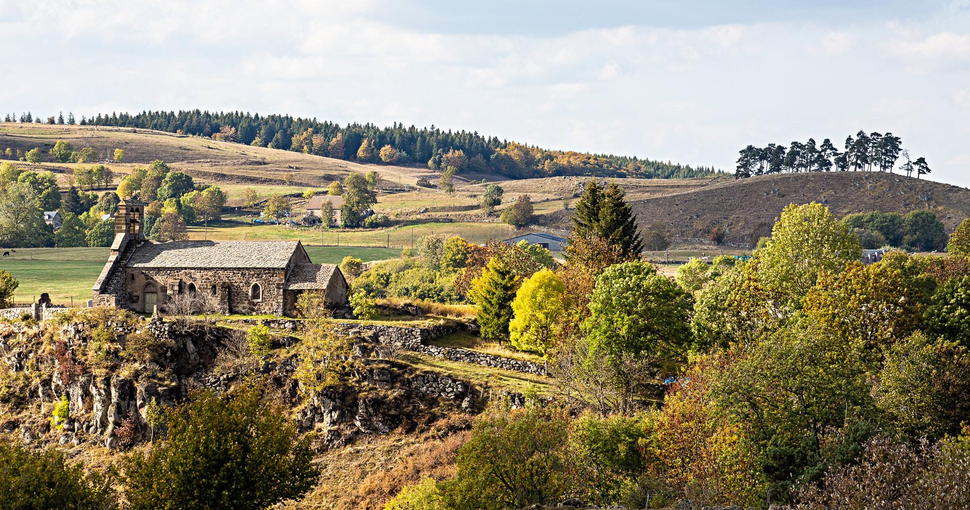 Église clocher à peigne en Auvergne
